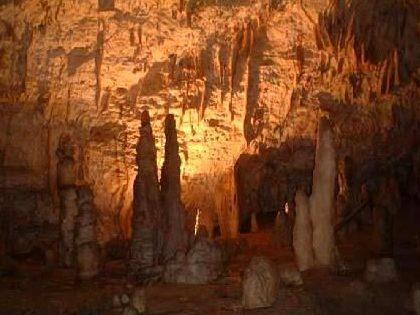 Пещерата Постойна сталактити